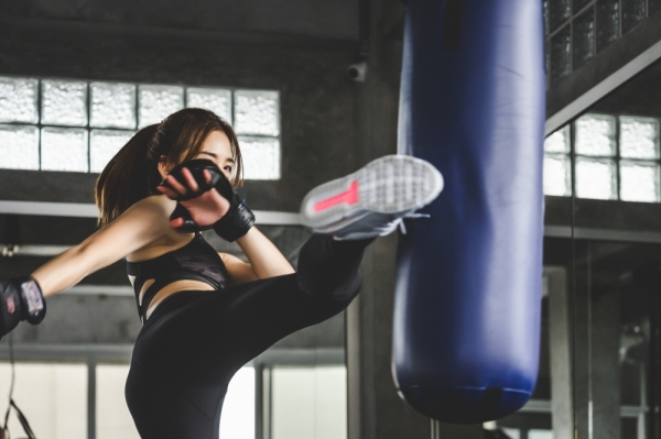 Woman athleticv kickboxing