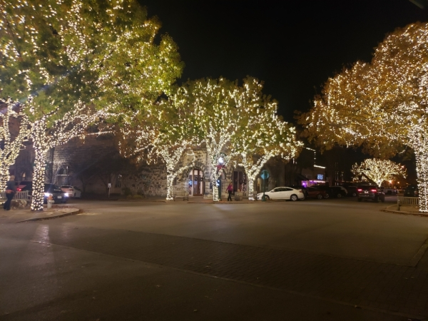 Georgetown Square at Christmas time. (Ali Linan/Community Impact Newspaper)