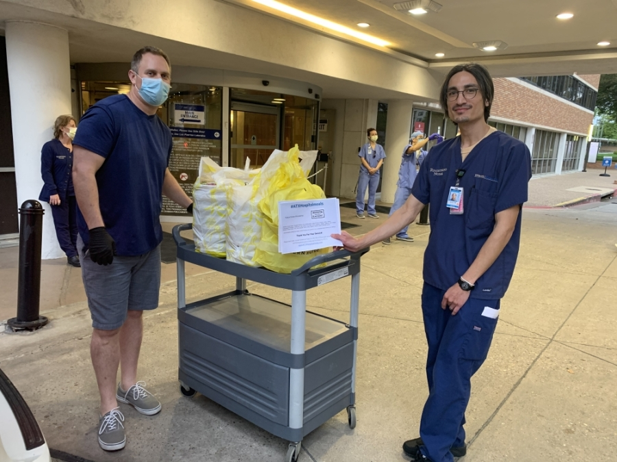 Matt Silk, left, delivers food from Modern Market Eatery to a St. Davids Medical Center health care worker. (Courtesy Matt Silk)