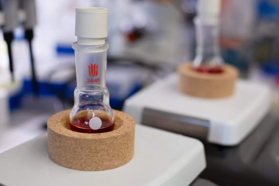 According to UT Dallas, gold nanoparticles are synthesized through a process that involves boiling the materials in a flask placed on a stirring hot plate. (Courtesy UT Dallas)