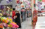 Shoppers wear face masks while inside a Katy-area HEB. (Nola Z. Valente/Community Impact Newspaper)