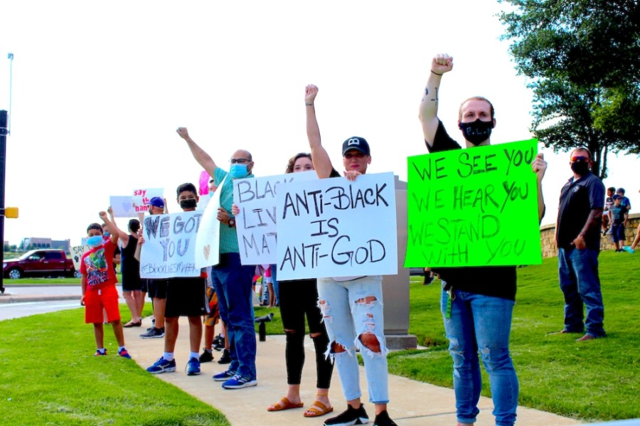 Hundreds of North Fort Worth residents gathered June 2 for a peaceful protest at the intersection of Heritage Trace Parkway and North Riverside Drive. (Ian Pribanic/Community Impact Newspaper)