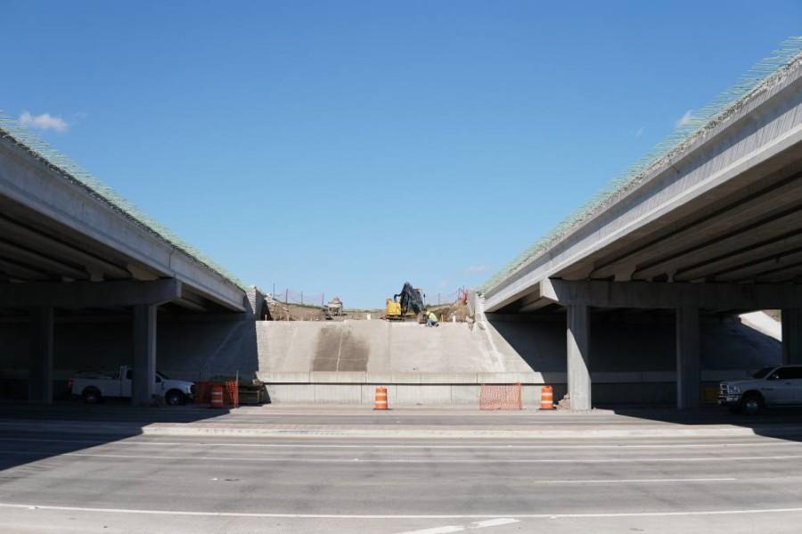 Crews work to add lanes onto Sam Rayburn Tollway. (Gavin Pugh/Community Impact Newspaper)
