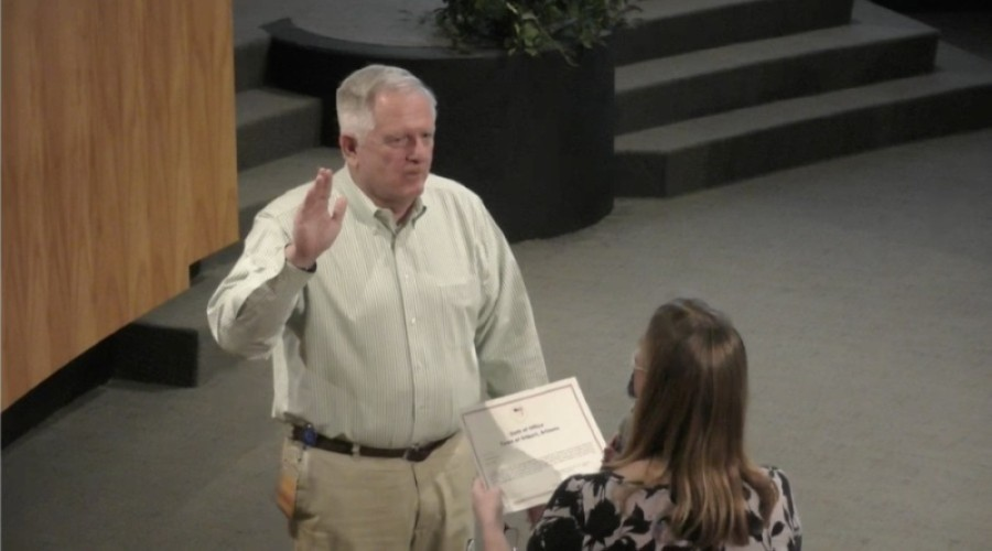 Scott Anderson takes the oath of office as mayor of Gilbert on Aug. 18 from Town Clerk Lisa Maxwell. (Screenshot via Town of Gilbert)
