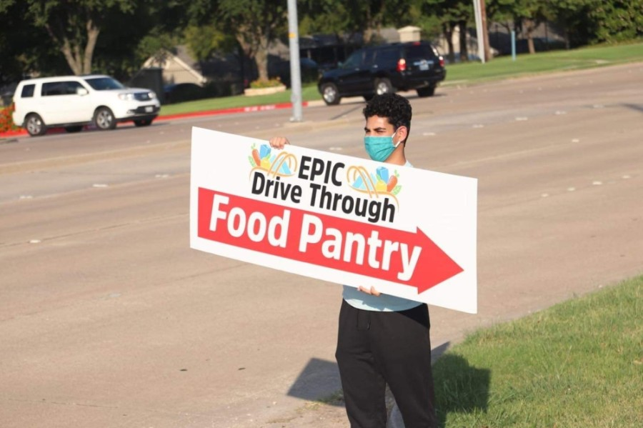A student from Plano East Senior High volunteers at the weekly drive-thru pantry at the East Plano Islamic Center. (Courtesy East Plano Islamic Center)