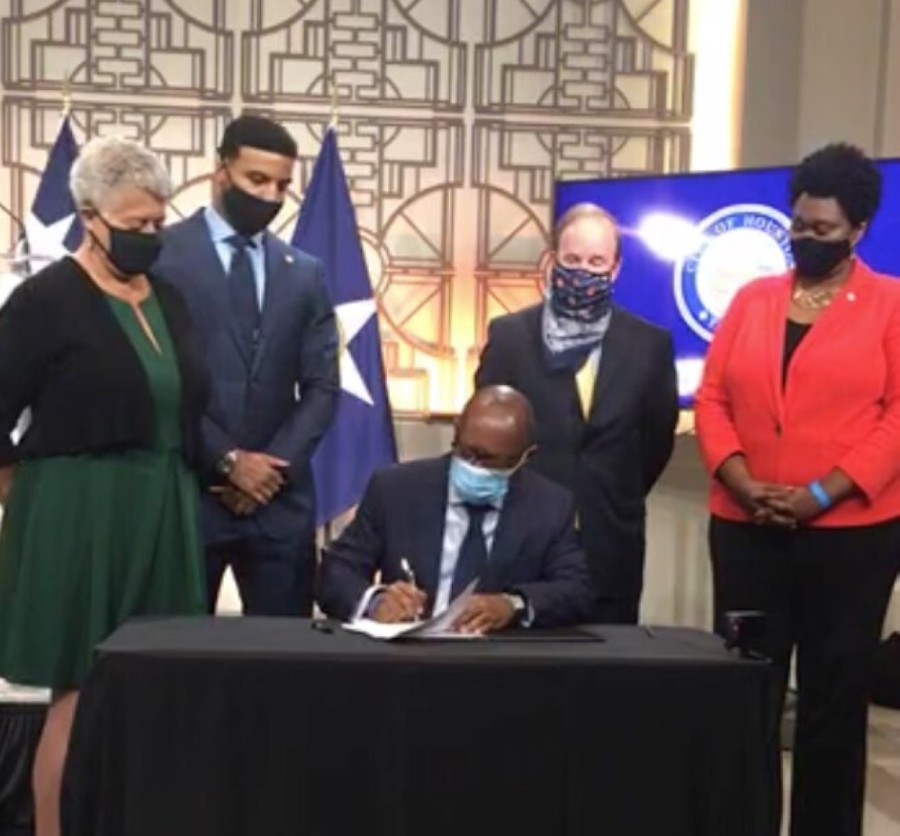 Mayor Sylvester Turner signed an executive order Sept. 28 formalizing Houston Police Department's enactment of a cite-and-release policy for some low-level offenses. (Courtesy HTV)