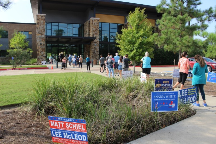Residents wait outside the Lone Star College-Creekside Center during the early voting period. (Ben Thompson/Community Impact Newspaper)