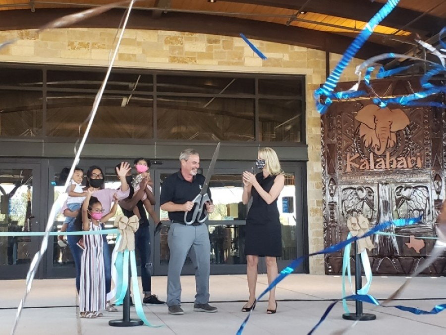 Kalahari Resorts & Conventions owner Todd Nelson (center) cuts the ribbon for the new Round Rock resort Nov. 12. (Ali Linan/Community Impact Newspaper)