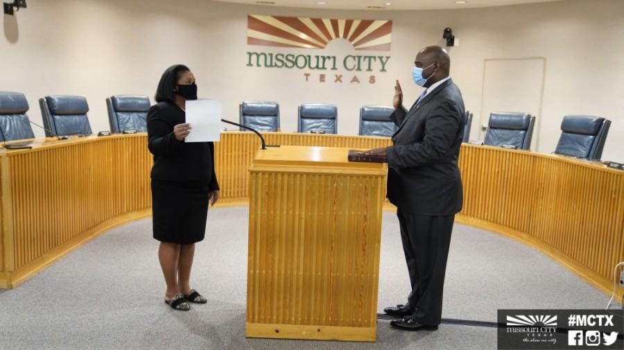 Missouri City Mayor Yolanda Ford and City Manager Odis Jones at his swearing-in July 31. (Courtesy city of Missouri City)