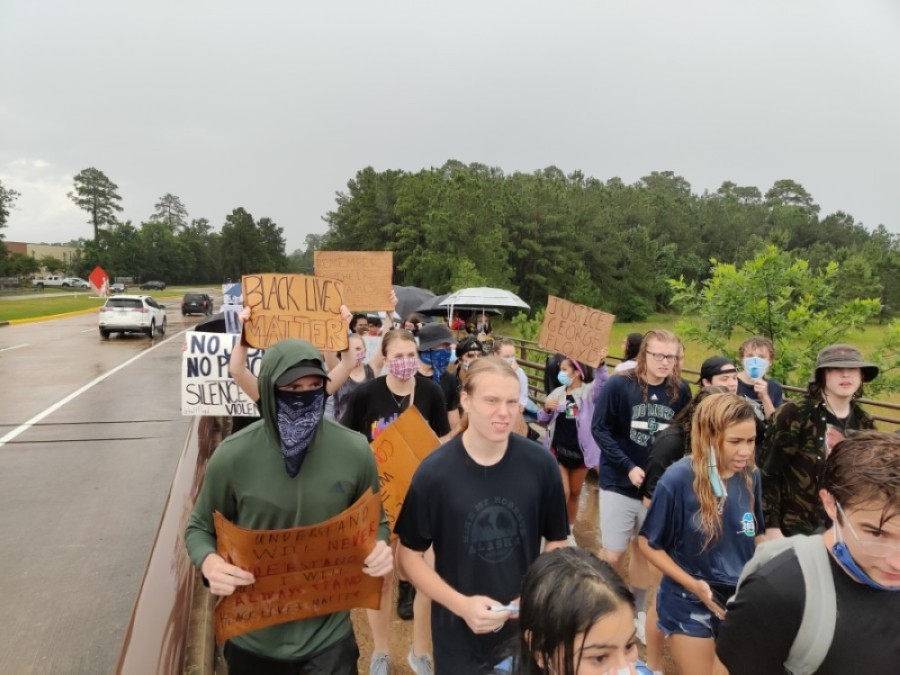 Several hundred protesters gathered on the Lake Woodlands Drive Bridge in the rain June 3 to protest the death of George Floyd in police custody May 25. (Ben Thompson/Community Impact Newspaper)