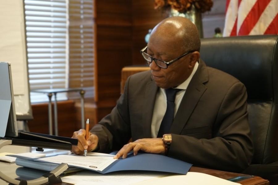 Mayor Turner signing Executive Order