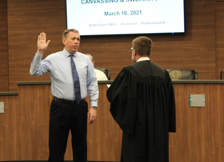 Mike Snyder is sworn in as mayor of Hutto during the March 16 special session. (Megan Cardona/Community Impact Newspaper)